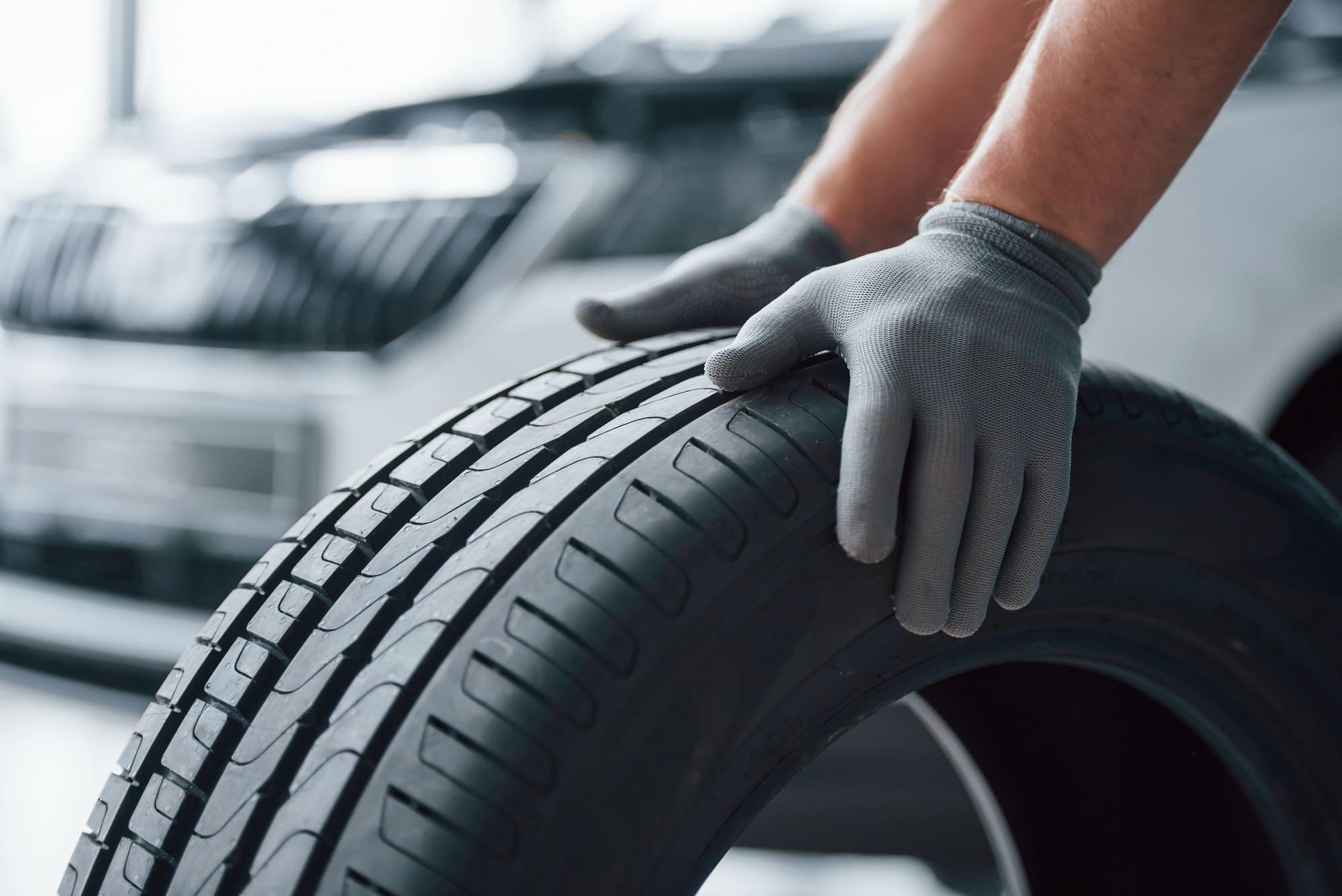 Mécanicien qui change un pneu de voiture